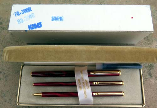 PILOT MINUET 3 PIECE SET IN SWIRLED RED. Fine superloy Pilot nib